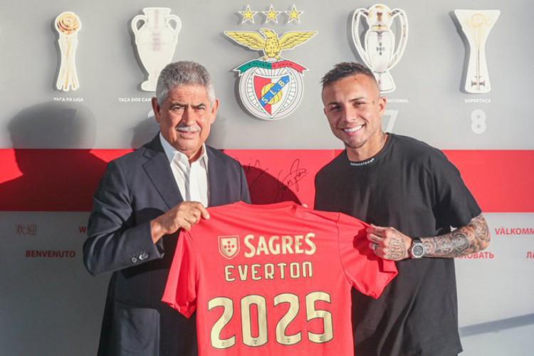 Everton Cebolinha assinou contrato válido com o Benfica até 2025 (Foto: Divulgação / Benfica)