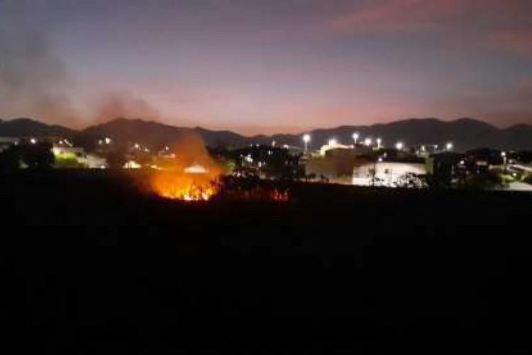 Para conter as chamas foram utilizados cerca de 80 mil litros de água, além de material de sapa (abafadores, pás e enxadas), bombas costais e soprovarredor (Foto: Divulgação/Corpo de Bombeiros)
