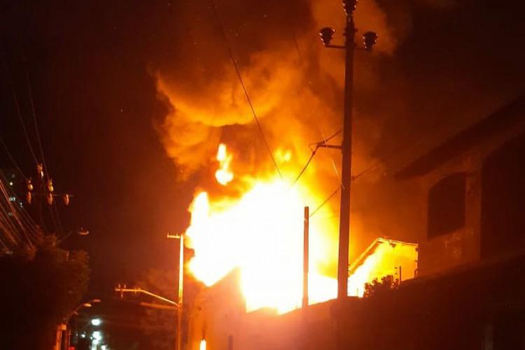 Incêndio atingiu loja de estofados e residência na rua Tenente Benévolo próximo ao Mercado dos Pinhões na noite desta sexta, 14. Uma pessoa ficou ferida (Foto: WhatsApp O POVO)