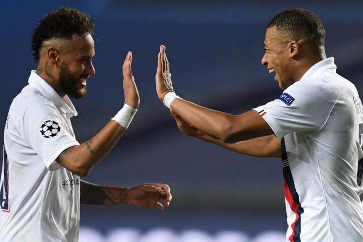 Neymar e Mbappé: craques tentam levar PSG ao primeiro título contra o supercampeão Bayern (Foto: David Ramos / POOL / AFP)