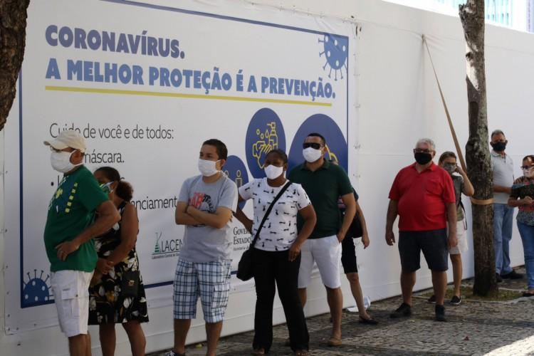 Filas no primeiro dia de testagem para Covid-19 na Praça do Ferreira em 17 de agosto (Foto: Fabio Lima)