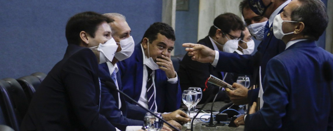 Representação contra André Fernandes foi a primeira de uma longa fila na Assembleia (Foto: Thais Mesquita)