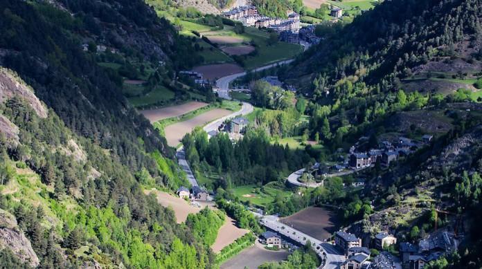 O principado de Andorra está localizado nos Pirineus, cadeia de montanhas entre a Espanha e a França