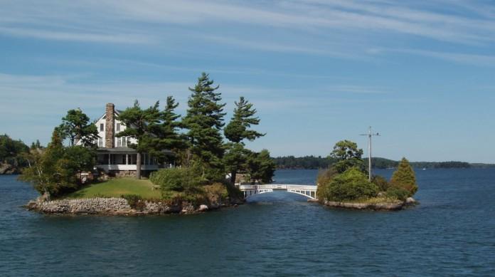 A ponte nas Zavikon Islands costuma aparecer como a menor ponte internacional do mundo, em que uma ilha estaria no Canadá e outra nos Estados Unidos. Na verdade, as duas estão no território canadense
