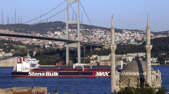 A Ponte do Bósforo une os dois lados de Istambul, uma cidade dividida entre o continente europeu e o asiático