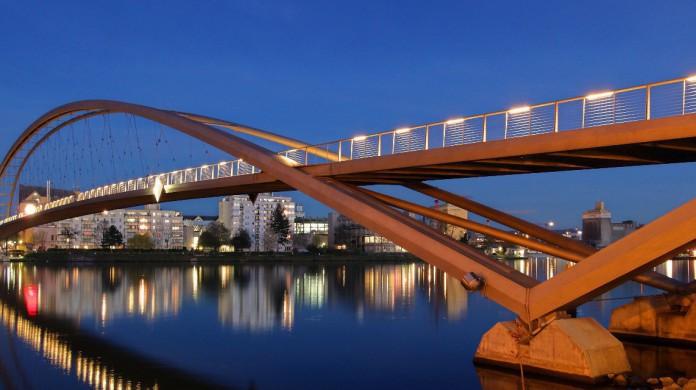 Essa ponte internacional pode ser chamada, em francêsm de Passerelle des Trois Pays; em alemão, Dreiländerbrücke