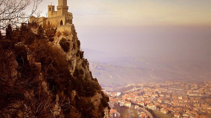 San Marino é uma diarquia, assim como Andorra. São os dois únicos países atualmente com este sistema, mas San Marino é uma república, e Andorra, um principado