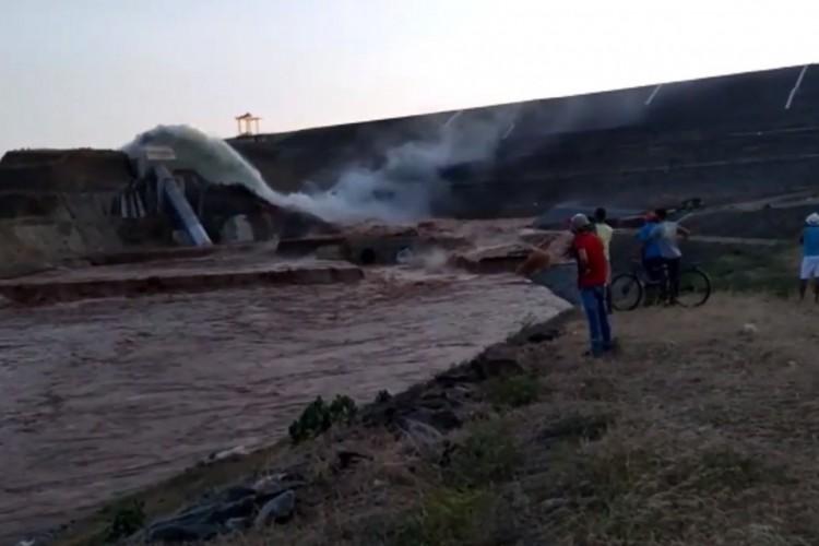 Tubulação da barragem em Jati se rompeu nesta sexta, 21 (Foto: Reprodução/Via WhatsApp O POVO)