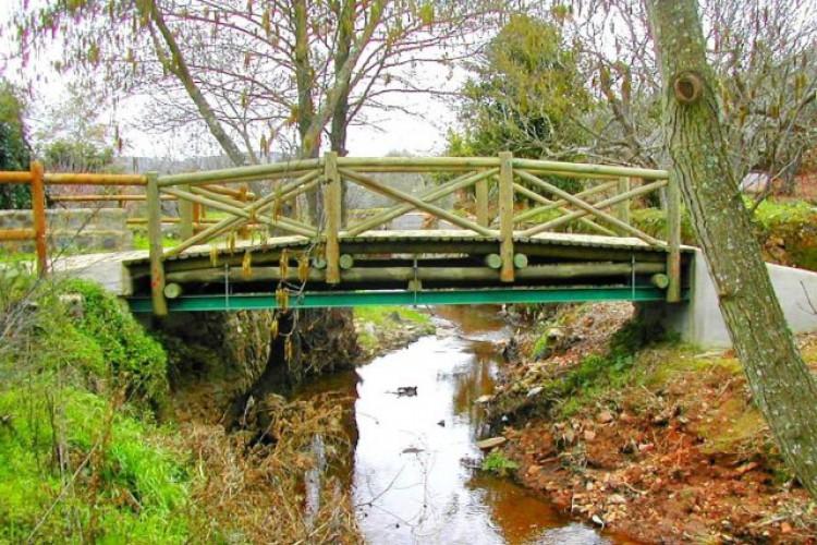 A ponte entre os vilarejos de El Marco e Várzea Grande, respectivamente, Espanha e Portugal, foi construída por moradores (Foto: UnicaMania)