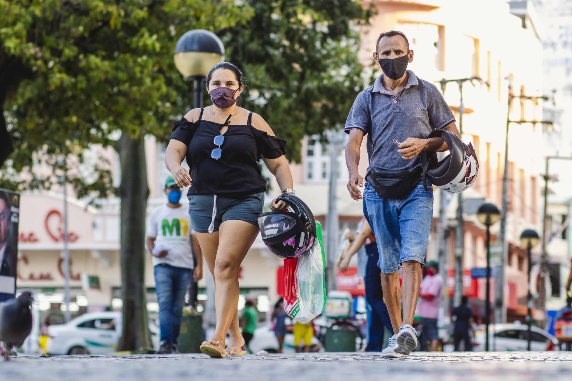 FORTALEZA, CE, BRASIL, 21.08.2020: Movimentação no centro da cidade, na Praca do Ferreira. Em epoca de COVID-19.  (Foto: Aurelio Alves/ O POVO)