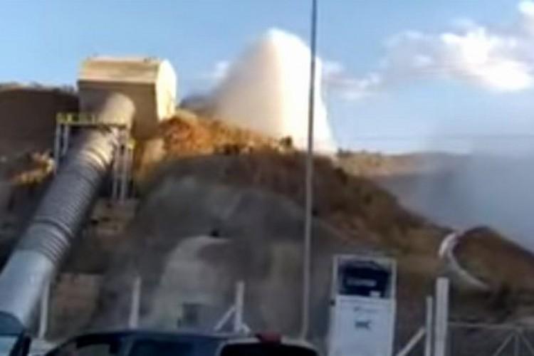 Momento do rompimento da tubulação da barragem em Jati, nessa sexta-feira, 21.  (Foto: Reprodução/ Youtube O POVO)