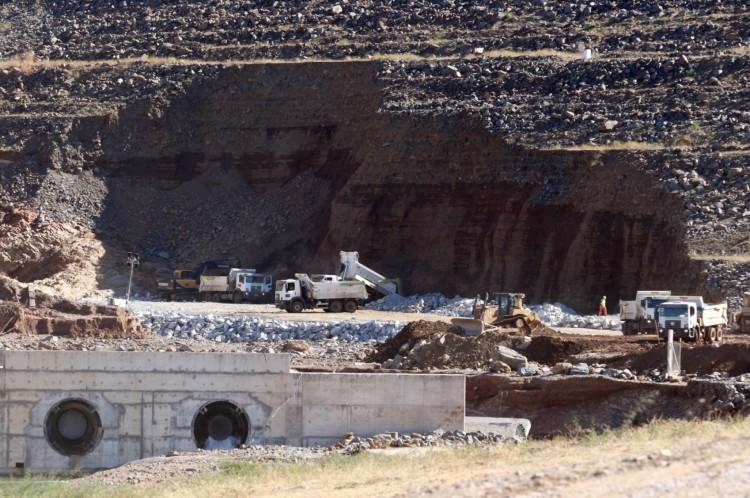 JATI, CE, BRASIL, 23.08.2020: Trabalhadores recuperam área em que vazamento causou erosão na parede da barragem em Jati. (Fotos: Fabio Lima/O POVO)