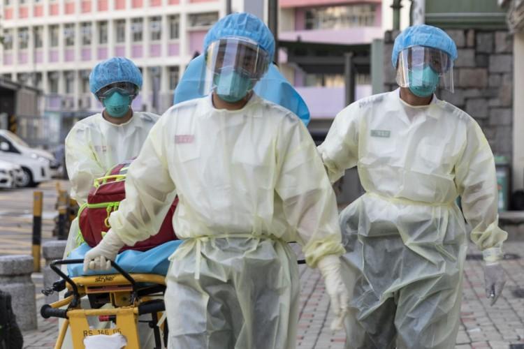 Médicos usando EPIs em Hong Kong. Aumenta o medo de uma nova onda de infecções por coronavírus (Foto: May JAMES / May James / AFP)