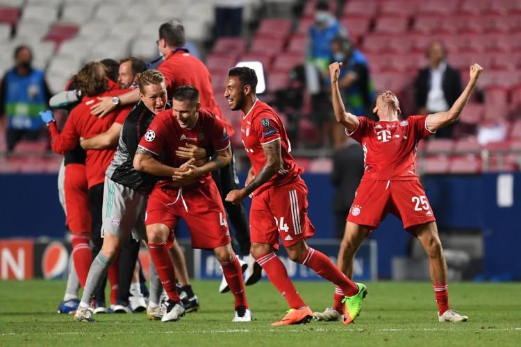 Jogadores do Bayern comemoram muito o gol do título, anotado pelo francês Coman (Foto: David Ramos / POOL / AFP)