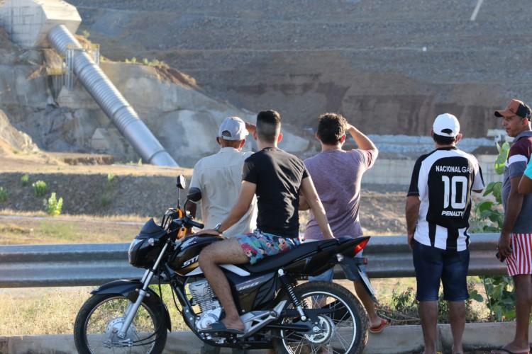 Moradores da cidade observam barragem em Jati após rompimento (Foto: Fabio Lima)