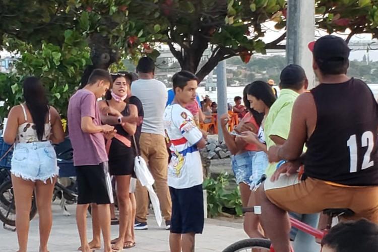 Aglomerações e desrespeito a lei do uso de máscaras são registrados na praia da Barra do Ceará neste domingo, 23 (Foto: Letícia Lopes )