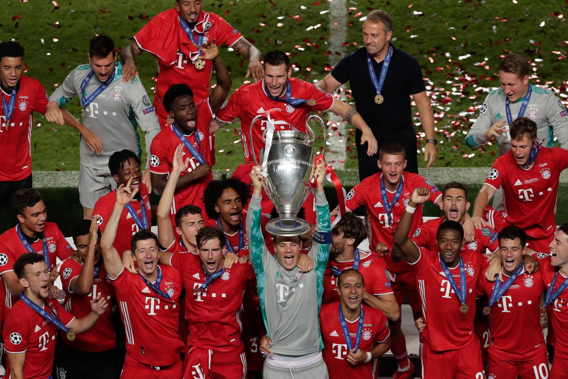 O goleiro alemão Manuel Neuer (C), do Bayern de Munique, e seus companheiros comemoram com o troféu após vencer a final da Liga dos Campeões 2020 da Uefa