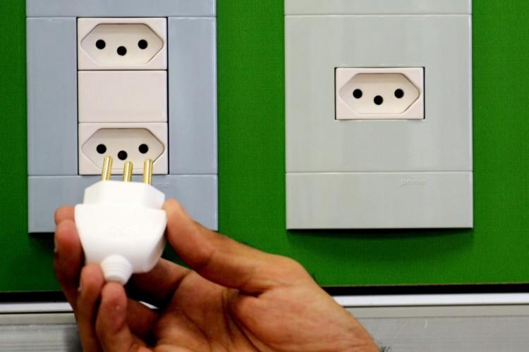 Novo padrão de tomadas brasileiro, em vigor desde 2011, reduz o risco de acidentes elétricos; somente a presença do novo conector, no entanto, não garante a segurança (Foto: Deivyson Teixeira em 04/07/2011)