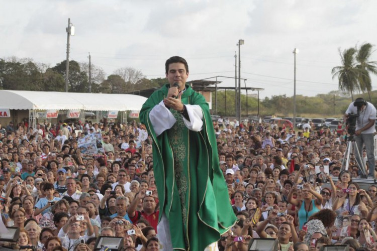 Padre Robson de Oliveira, durante celebração de missa, no Centro Espiritual Uirapuru (CEU), em outubro de 2011 (Foto: mauri melo)