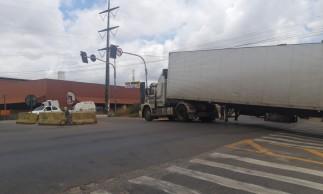 Caminhão bloqueou cruzamento do Anel Viário e da avenida Contorno Oeste.