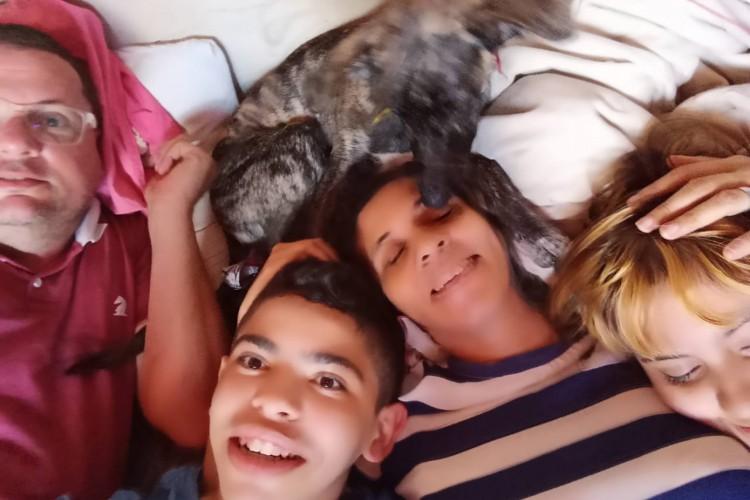 Gabriel em meio a sua nova família (Foto: ARQUIVO PESSOAL)