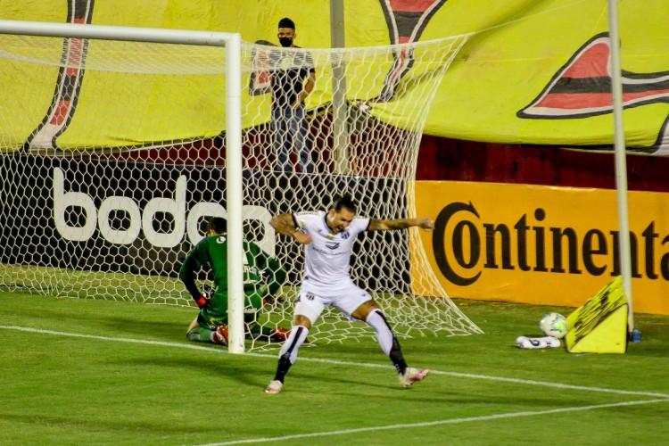 Vina marcou gol do Ceará e até foi ameaçado pelo presidente do Vitória no intervalo da partida (Foto:  JHONY PINHO/AE)