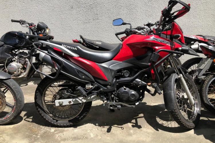 Motocicleta do suspeito preso foi apreendida pela Polícia.  (Foto: Foto: Angélica Feitosa)