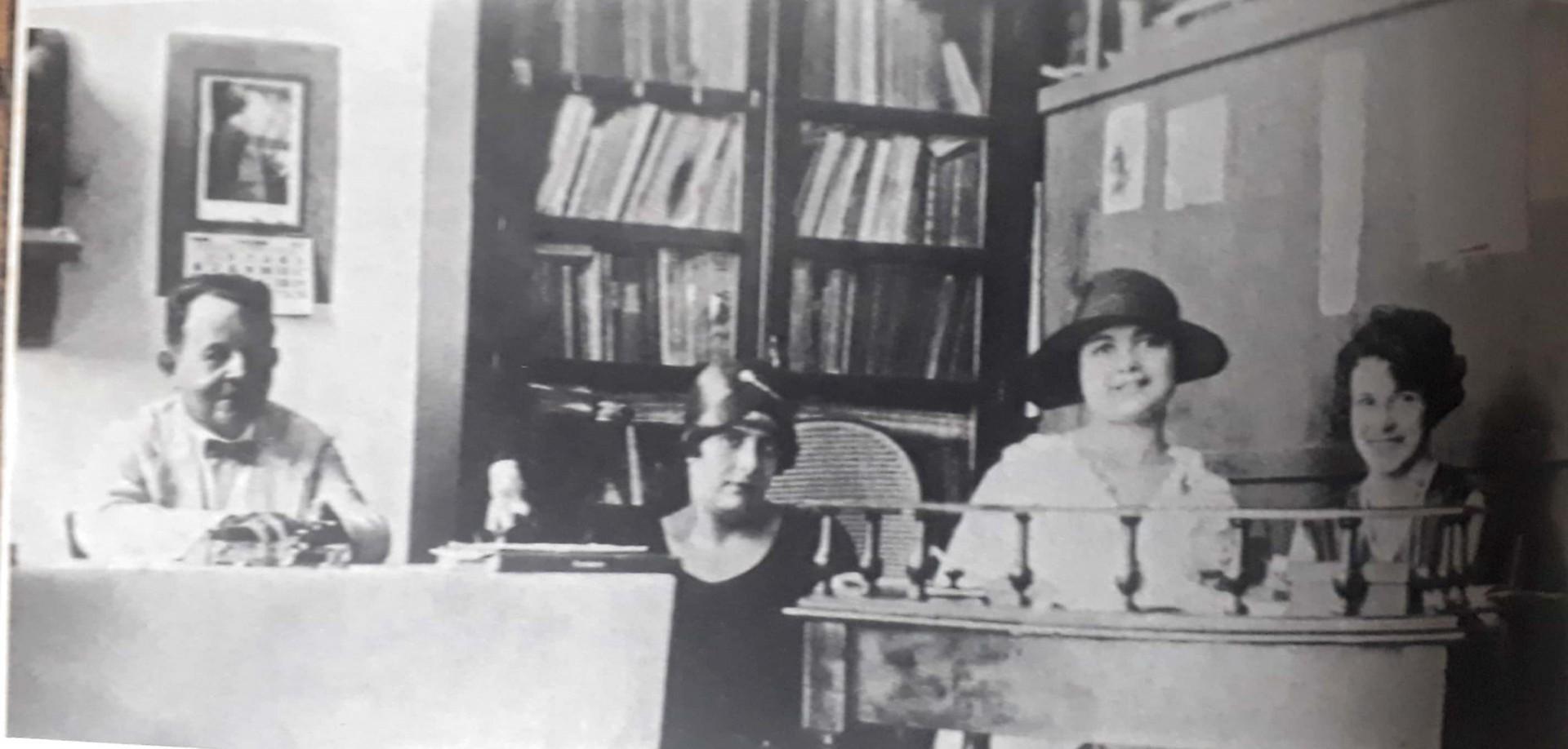 Rachel de Queiroz com Suzana de Alencar na redação do jornal O Ceará, com os pais Daniel e Clotilde