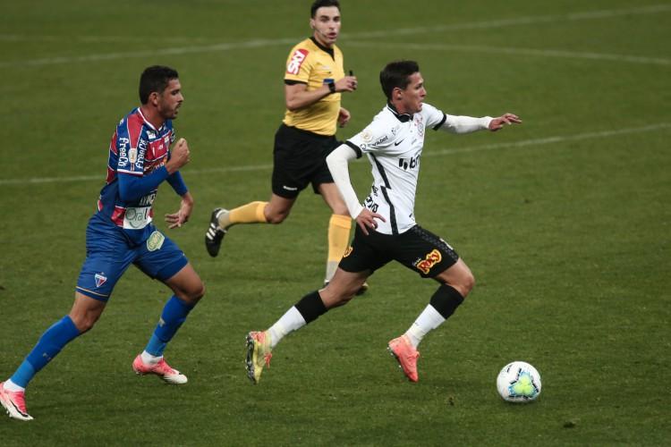 Fortaleza adotou postura reativa em boa parte da partida, crescendo nos minutos finais (Foto: ETTORE CHIEREGUINI/AE)