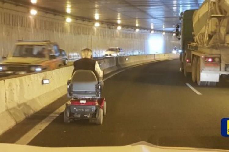 As imagens mostram o aposentado se movendo lentamente na pista.  (Foto: Cabildo de Gran Canaria / Triangle News)