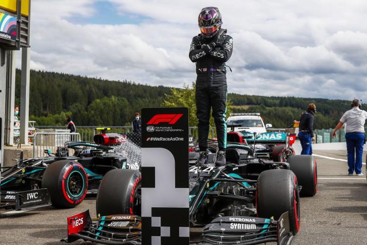 Lewis Hamilton homenageou o ator Chadwick Boseman após conseguir sua 93ª pole position, no grande prêmio da Bélgica de Fórmula 1 (Foto: FRANCOIS LENOIR/ AFP)