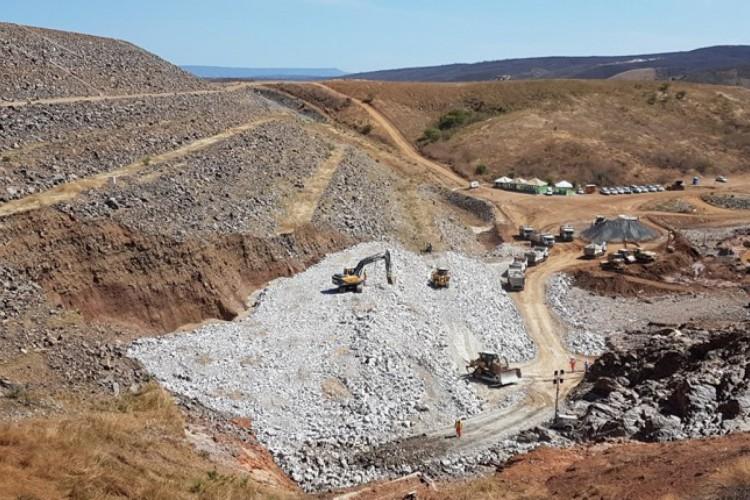 Além dos profissionais, trabalham no local 45 caminhões, cinco tratores e sete retroescavadeiras. (Foto: Divulgação/MDR)