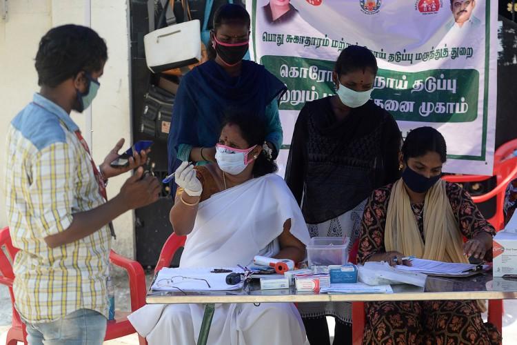 O Ministério da Saúde reportou 948 mortes nas últimas 24 horas, levando o total de óbitos a 63.498    (Foto: Arun SANKAR / AFP)