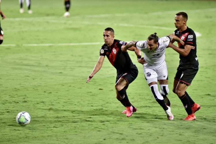 Vinícius marcou golaço diante do Atlético-GO (Foto: Junior Guimaraes/Cearasc.com)