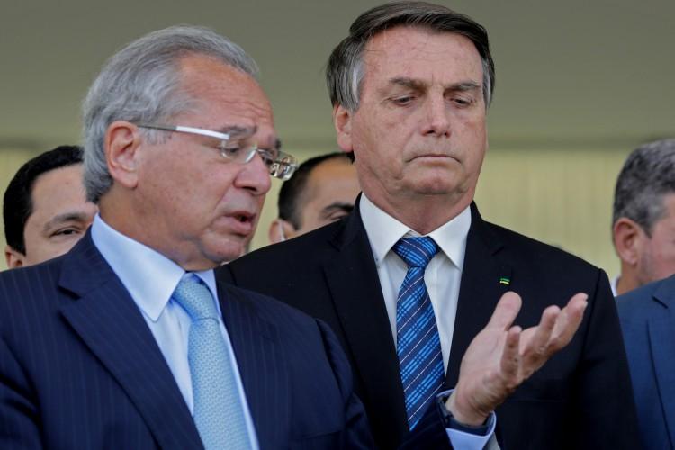 Os economistas cobram mais ação do Executivo nacional, que dialogue com estados e municípios. Criticam ainda ação de Bolsonaro e Guedes durante a crise (Foto: Sergio Lima / AFP)