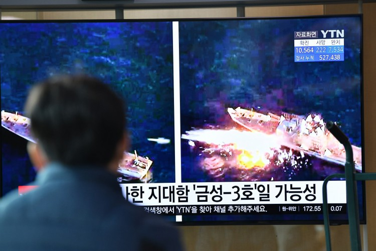 Homem assiste a um noticiário de televisão mostrando imagens de arquivo de um teste de míssil norte-coreano, em uma estação ferroviária em Seul em 14 de abril de 2020 (Foto: AFP)