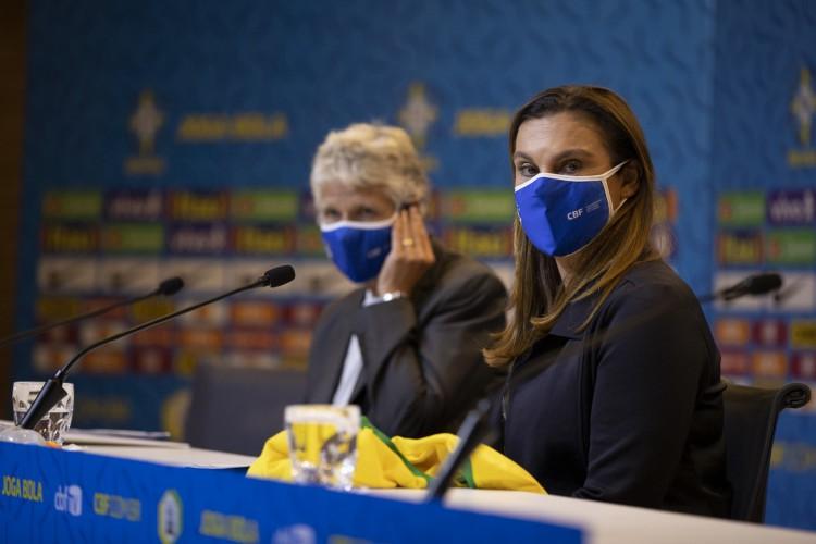 Duda Luizelli, nova coordenadora de seleções, com a técnica Pia Sundhage ao fundo (Foto: Lucas Figueiredo/CBF)