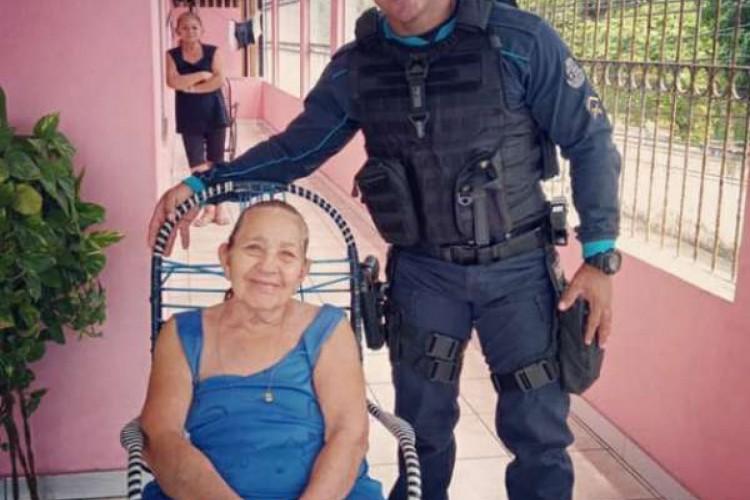 O policial visitou a vítima do incêndio e recebeu gratidão  (Foto: Divulgação/PMCE )