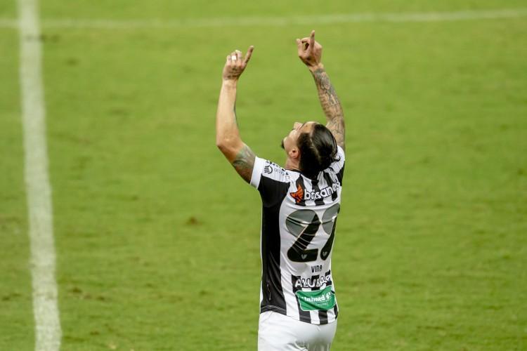 Vinícius aponta para os céus após marcar o gol da vitória no Clássico-Rei (Foto: Aurelio Alves)