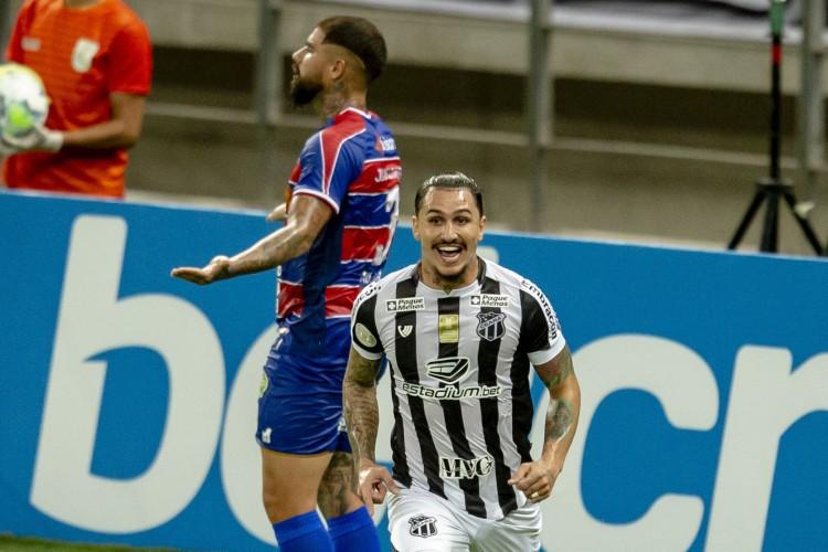 Vina foi o autor do gol da vitória alvinegra no Clássico-Rei  (Foto: AURÉLIO ALVES)