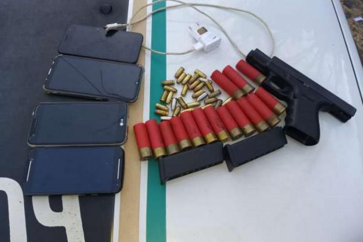Arma, munição e celulares foram apreendidos. Além de uma motocicleta sem placa que constava no sistema como roubada  (Foto: divulgação/PMCE )