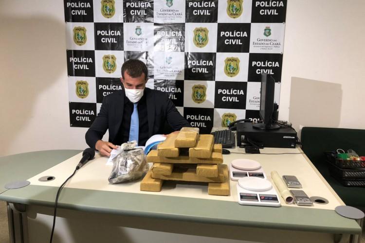 Delegado adjunto da Draco, Kléver Farias, em coletiva de imprensa. Foto: Angélica Feitosa/O POVO (Foto: Foto: Angélica Feitosa/O POVO)