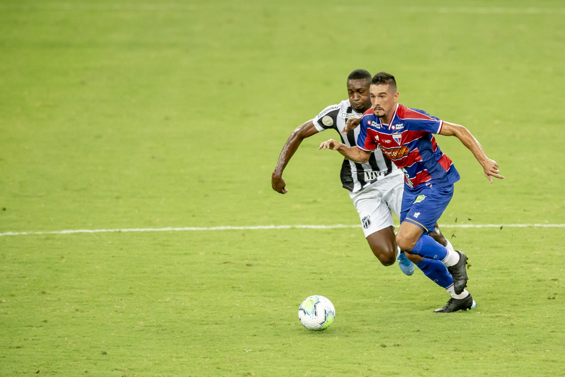 Juninho e William Oliveira disputam posse de bola no Clássico-Rei da Série A do Campeonato Brasileiro