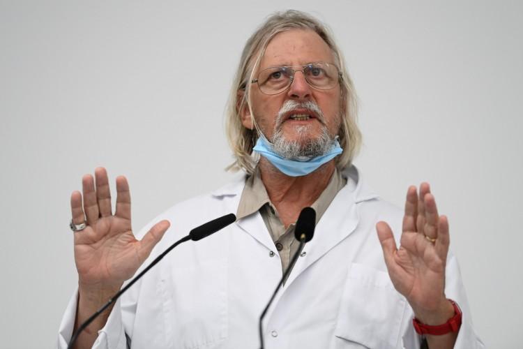 o professor francês de medicina e diretor do instituto médico de doenças infecciosas do IHU, Didier Raoult, fala durante coletiva de imprensa sobre a situação do Covid-19, em Marselha, sudeste da França. Em 27 de agosto de 2020 (Foto: AFP)
