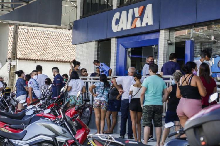 Em Fortaleza, a agência da Caixa na avenida Francisco Sá será uma das que farão o pagamento do auxílio emergencial e FGTS no Ceará (Foto: Thais Mesquita/ O POVO)