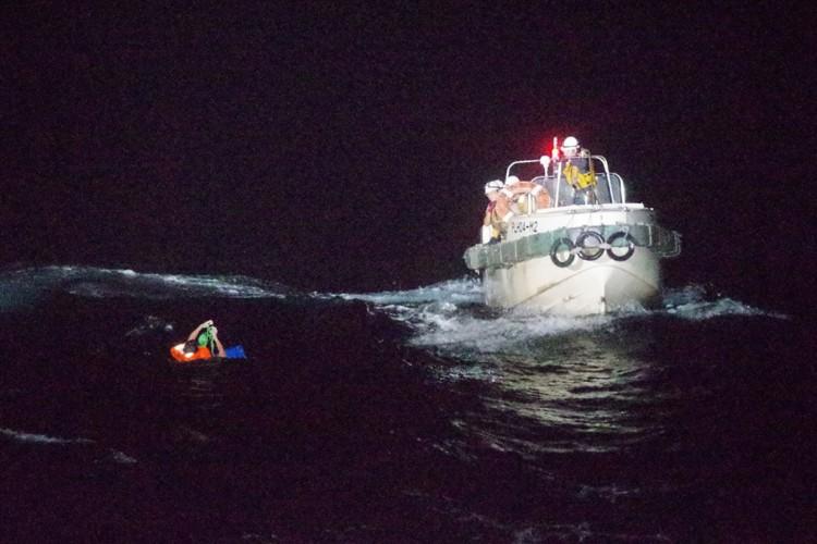 Guardas costeiros resgatam um homem após navio afundar na costa do Japão durante um tufão  (Foto:  10ª Sede Regional da Guarda Costeira / AFP)