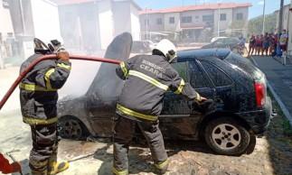 Carro pega fogo em Maracanaú