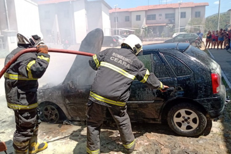 Carro pega fogo em Maracanaú  (Foto: divulgação/Corpo de Bombeiros )