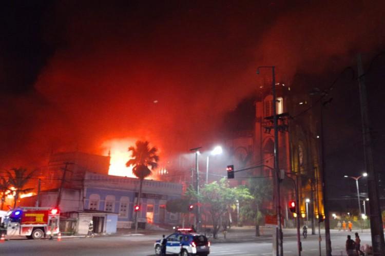 O incêndio aconteceu do lado do Mercado Central  (Foto: divulgação/Corpo de Bombeiros )
