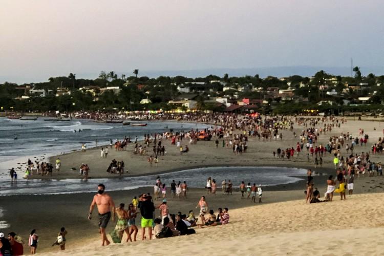 Praia de Jericoacoara no feriado de 7 de setembro. Pousadas com capacidade total atingida e banhistas em aglomeração na praia.  (Foto: Angélica Feitosa)